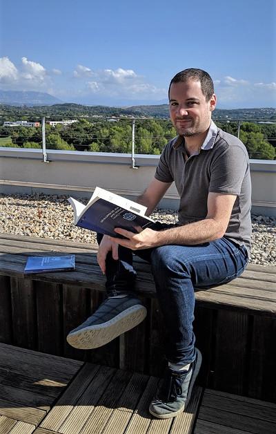 Anthony Cardinale avec son livre sur Godot à la main